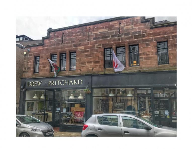 De shop van Drew Pritchard -- Ja, die van TV...