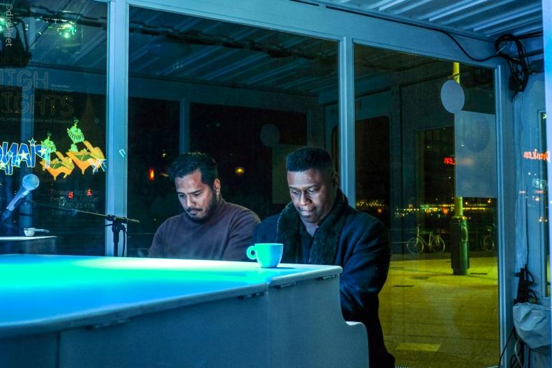 -- Twee pianisten die spontaan een prachtig stuk klassieke muziek weggaven en daarmee niet alleen het Kurhaus maar ook de toehoorders in vuur en vlam zetten...